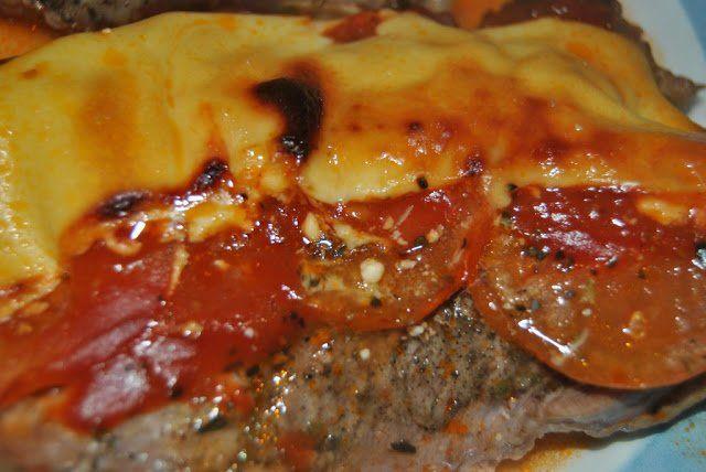chuletas de aguja al horno con queso y tomate