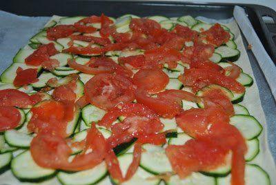 encima del hojaldre colocamos una capa de calabacín y otra de tomate