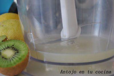Añadimos el zumo de limón en la batidora