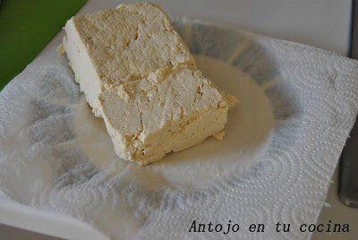 colocar la pieza de tofu entre dos papeles absorbentes y presionar para que suelte todo el líquido