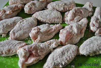 salpimentamos las alitas de pollo al gusto y, posteriormente, las pasaremos ligeramente por harina.