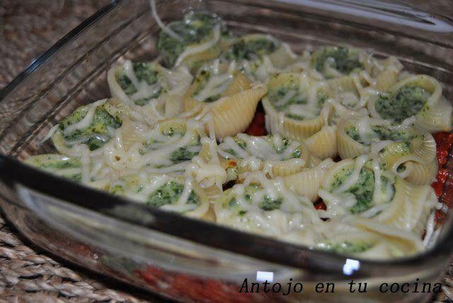 Galets rellenos de espinacas y queso en salsa de pimientos