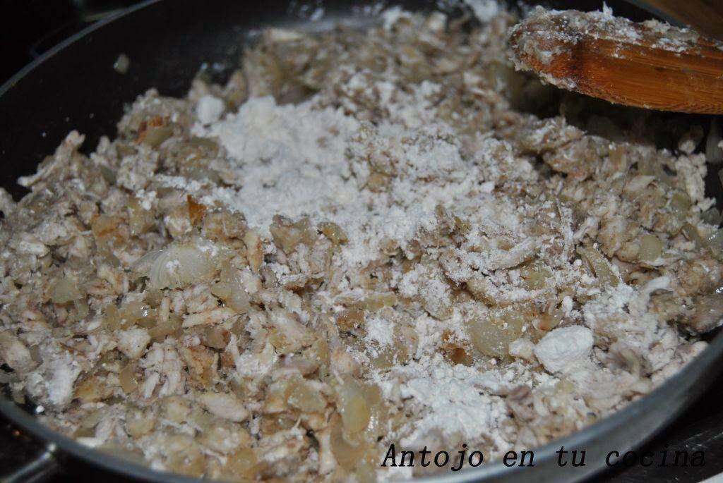 Incorporamos la harina a la mezcla anterior, nuez moscada al gusto y un poco más de sal y pimienta.