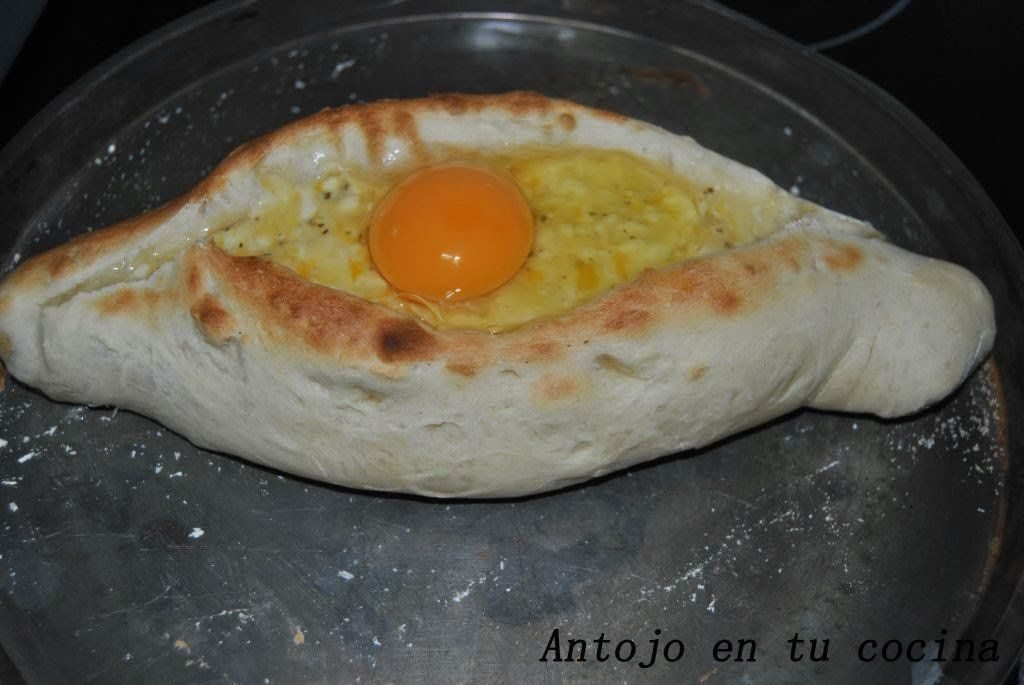 Introducimos los panes en el horno precalentado a 225ºC durante 14 minutos. Pasado este tiempo los sacamos del horno, coronamos con el huevo crudo y volvemos a introducir en el horno unos 7 minutos más o hasta que el huevo haya cuajado.