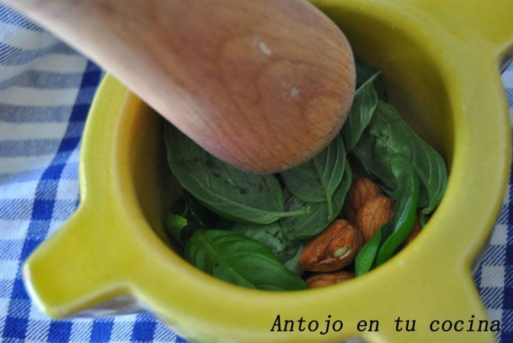 trituramos las almendras y la albahaca junto con un chorrito de aceite de oliva.