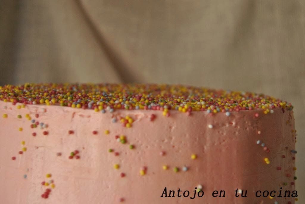 Layer cake de chocolate con swiss meringue buttercream de rosas
