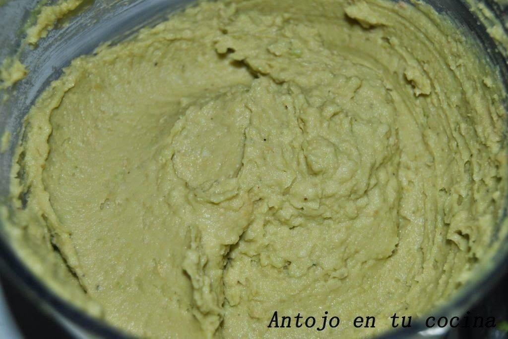 3. Pelamos los aguacates, les sacamos el hueso e introducimos en el triturador junto con los garbanzos, salpimentamos, añadimos un chorrito de aceite de oliva y trituramos hasta obtener una textura cremosa y sin grumos.
