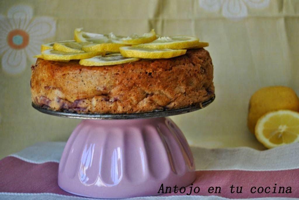 Bizcocho de limón y cerezas con semillas de amapola