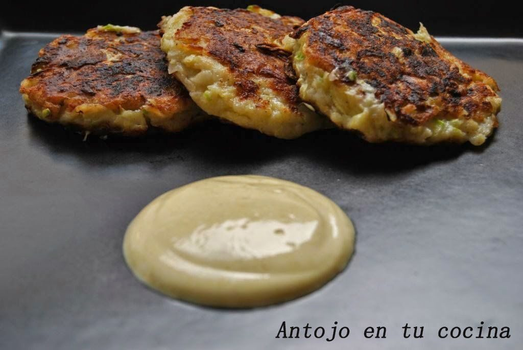 Tortitas de calabacín con salsa de yogurt al curry