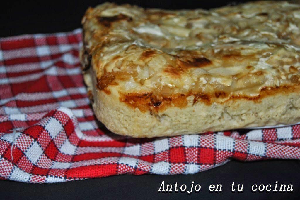 Focaccia con cebolla caramelizada, yogur griego y pera