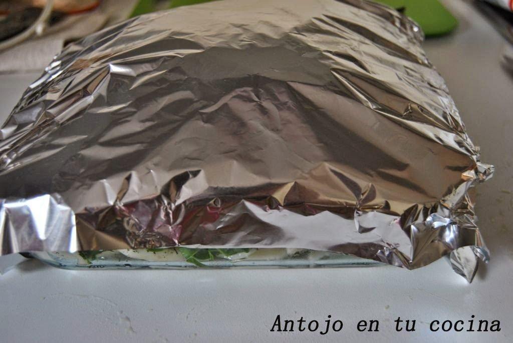 Tapamos la fuente con papel de aluminio para que no se nos queme ni reseque y horneamos