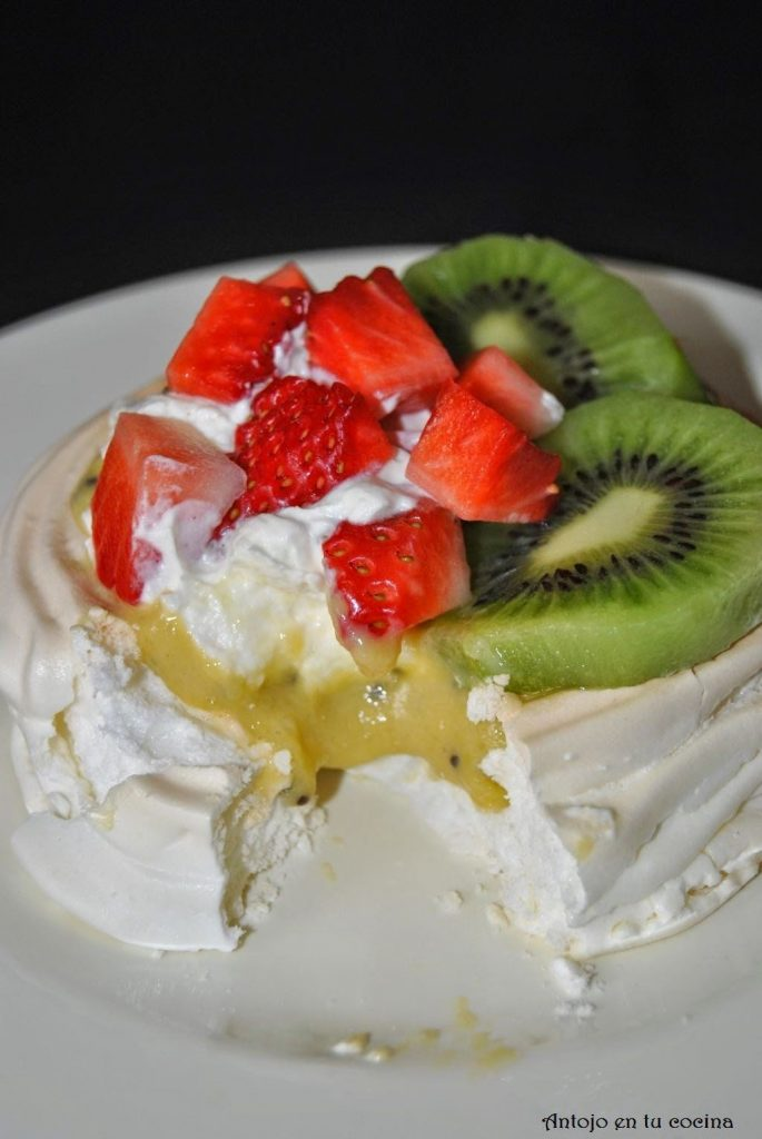 Meringue baskets with kiwi and strawberries