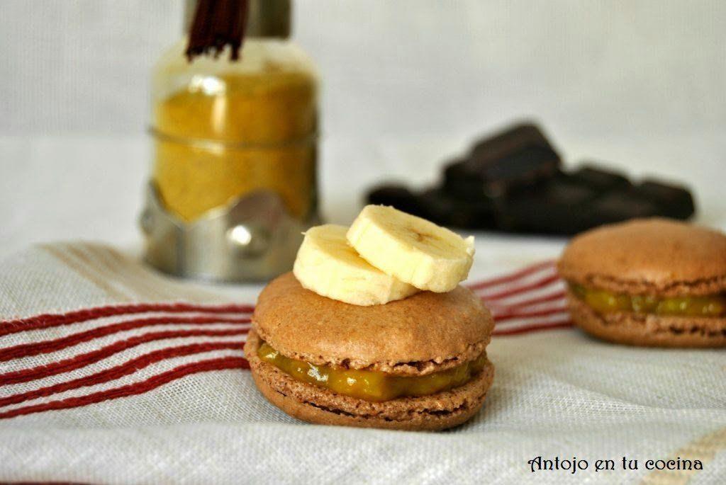 Macarons de chocolate rellenos de plátano y curry