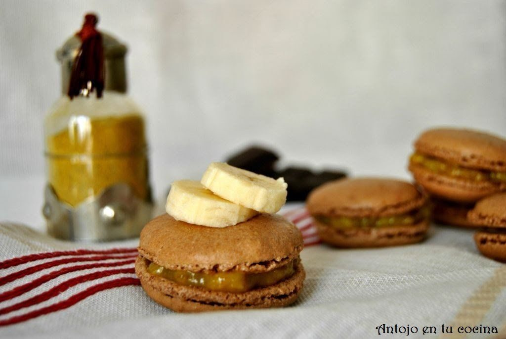 Macarons de chocolate rellenos de plátano y curry