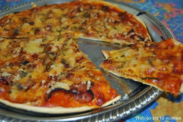 Pizza de beicon, cebolla y romero