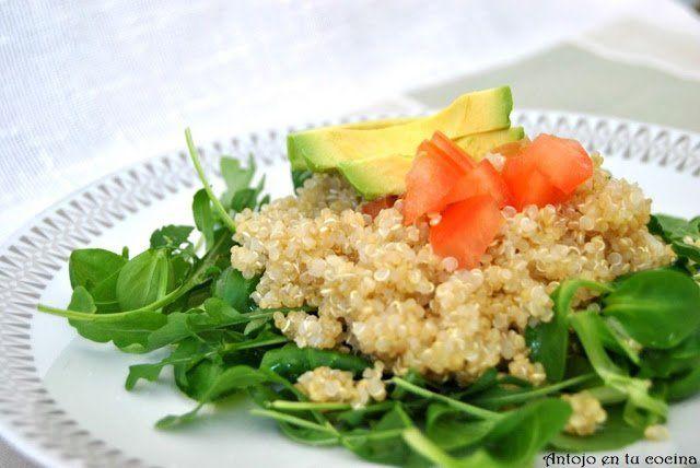 Ensalada de quinoa, rúcula, canónigos y aguacate