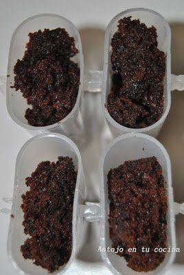 n primer lugar desmenuzamos el bizcocho de chocolate y rellenamos con él los moldes para polos