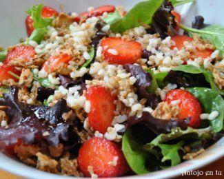 Ensalada de arroz, quinoa y cereales con fresas