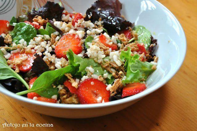 ensalada de arroz integral, quinoa y cereales con fresas
