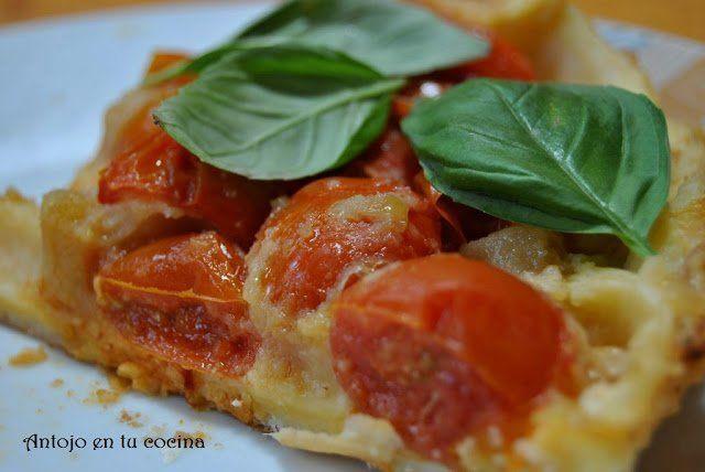 Tarta tatín de tomates cherry con albahaca fresca