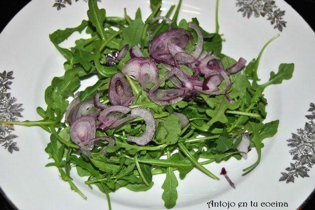 ensalada de rúcula y cebolla morada
