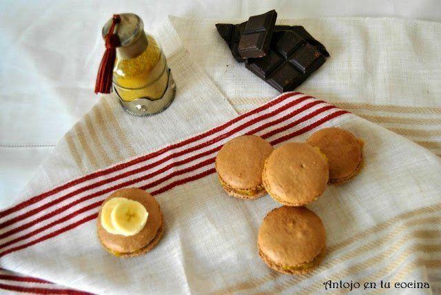 macarons de chocolate rellenos de plátano al curry