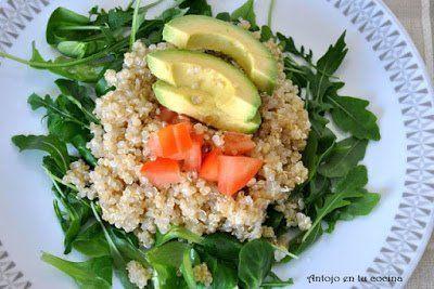 ensalada de quinoa, rúcula, canónigos y aguacate.