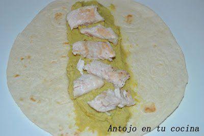 stiramos las tortitas y extendemos unas 2 cucharadas de hummus y unos taquitos de pollo