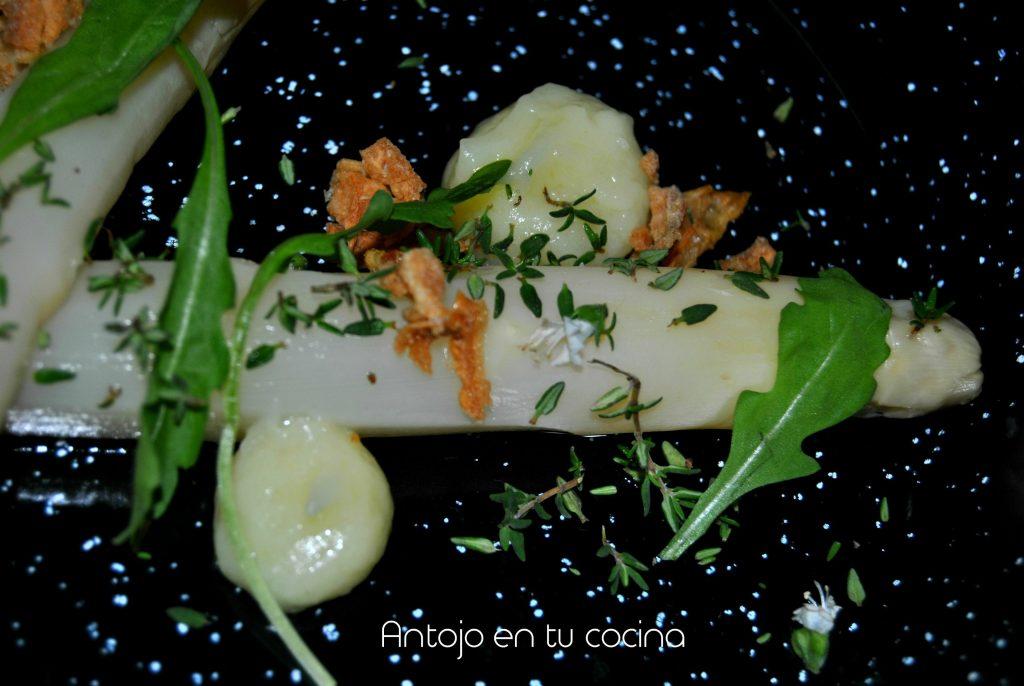 Espárragos blancos con tomillo y alioli de patata