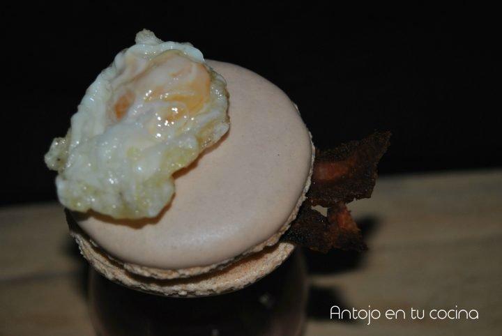Macarons de huevos fritos con beicon