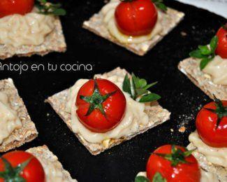 Canapé de queso de cabra con tomate cherry asado