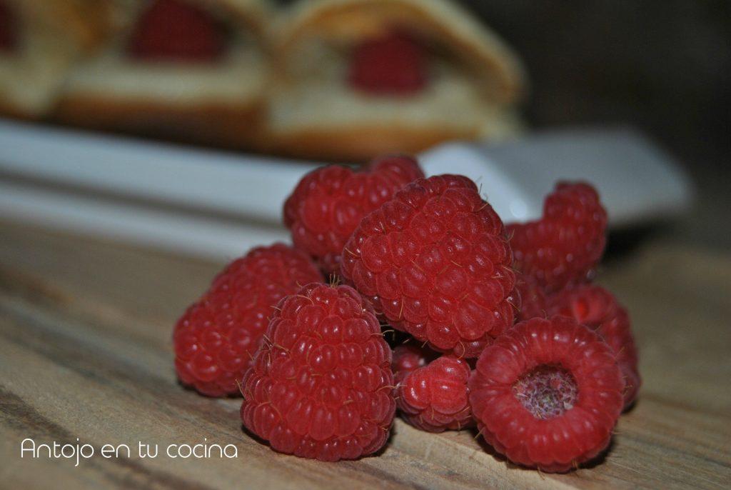 Petit choux o profiteroles de crema de almendras y frambuesa