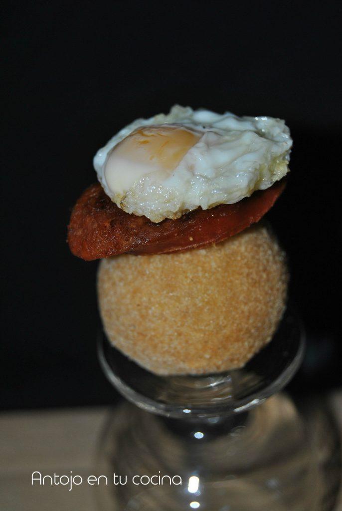 Montadito de patata, chorizo y huevo de codorniz