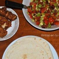 Tacos de pescado crujiente con ensalada de hortalizas