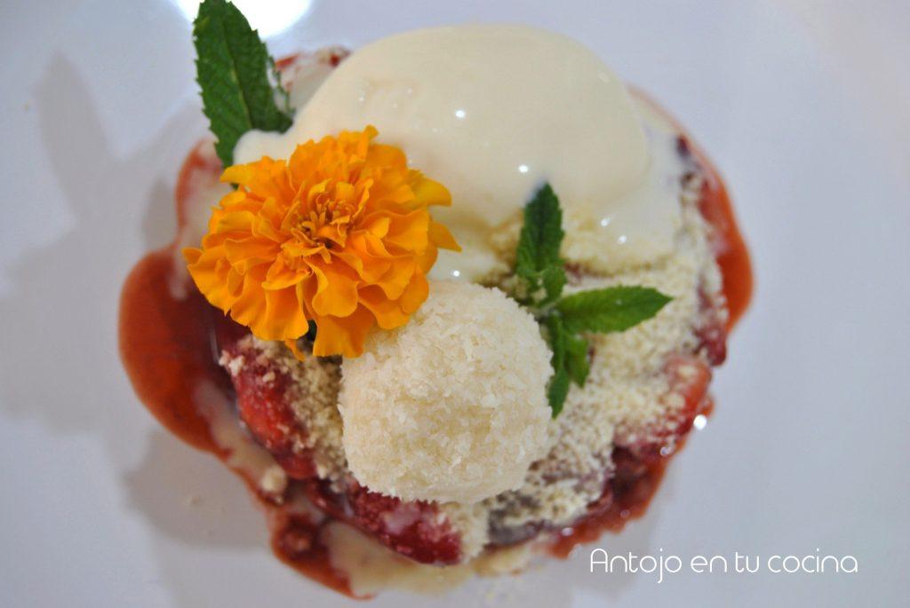 tartar de fresa con coco y helado de chocolate blanco