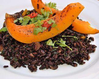 Ensalada templada de arroz negro, calabaza asada y hojas de zanahoria