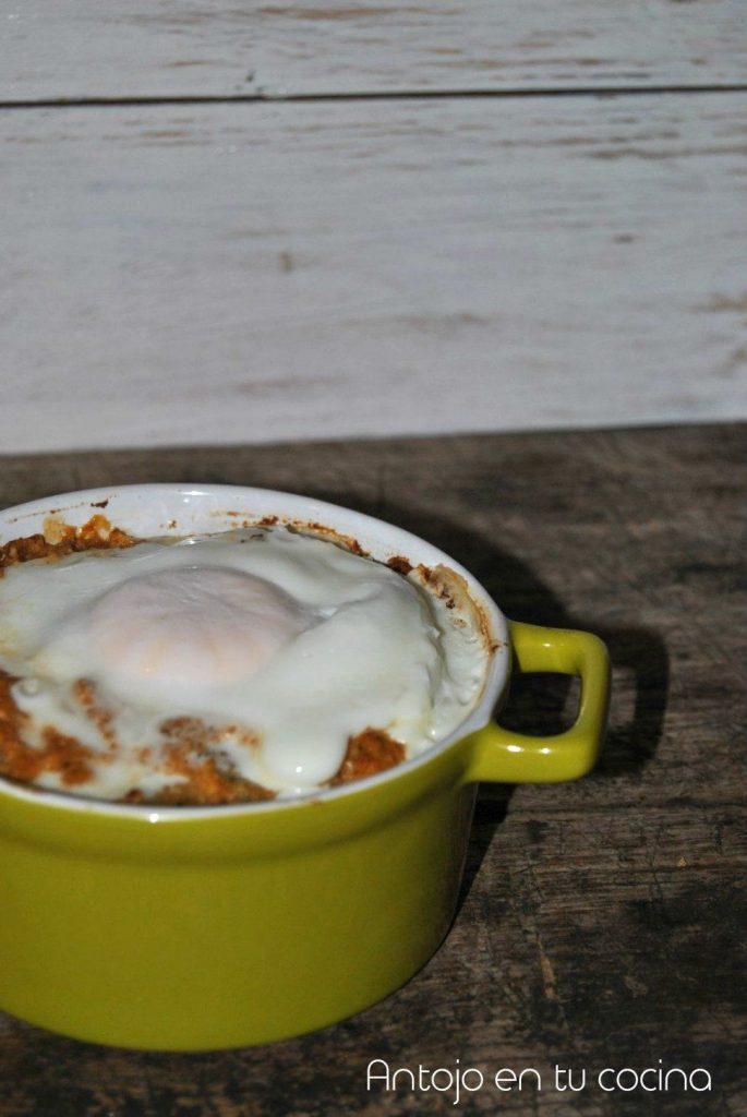 huevos al plato con alcachofa y almendras