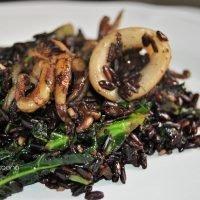 Arroz negro con calamar y col kale
