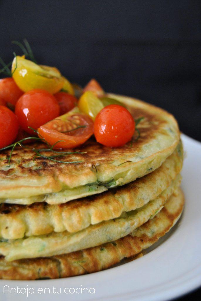 Tortitas de calabacin con ensalada de tomate e hinojo