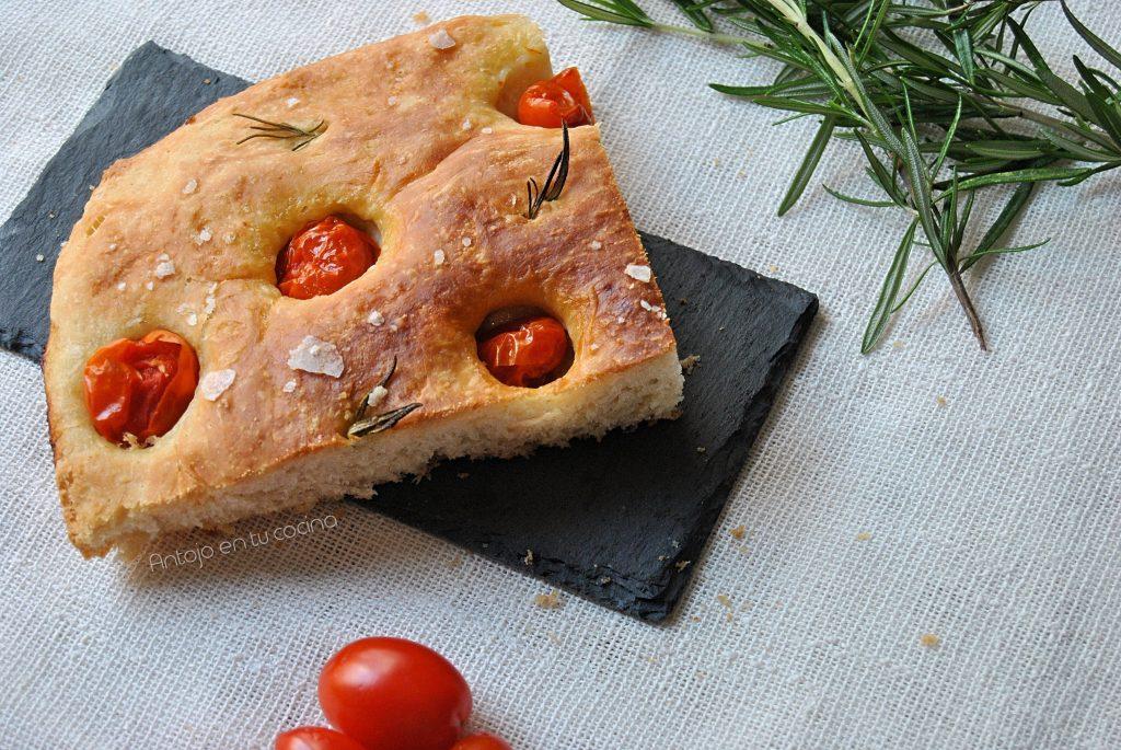 Focaccia con tomates cherry y romero