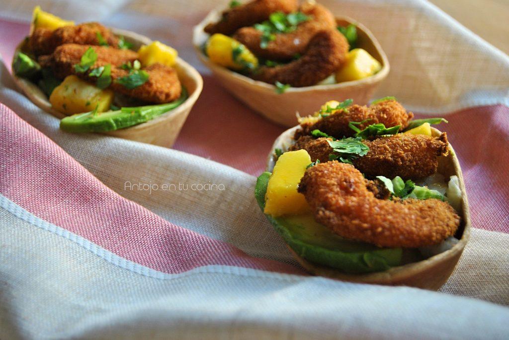 Barquitas de mango y gambas rebozadas en coco