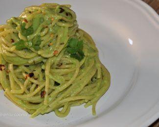 Pasta con salsa cremosa de aguacate