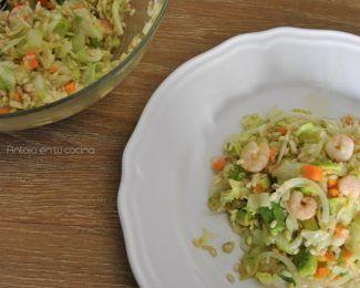 Ensalada de arroz integral con gambas, aguacate y lima