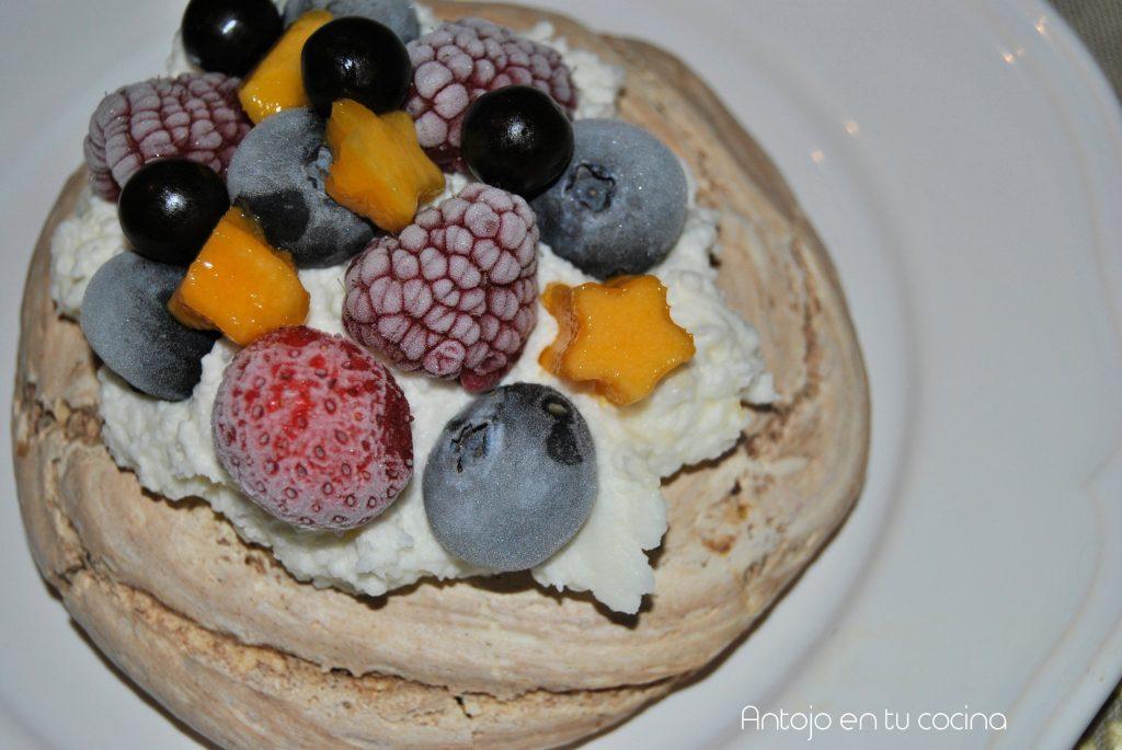 pavlova chocolate, coco y fruta