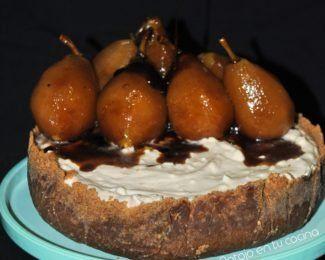 Tarta fría de requesón con peras confitadas con té negro