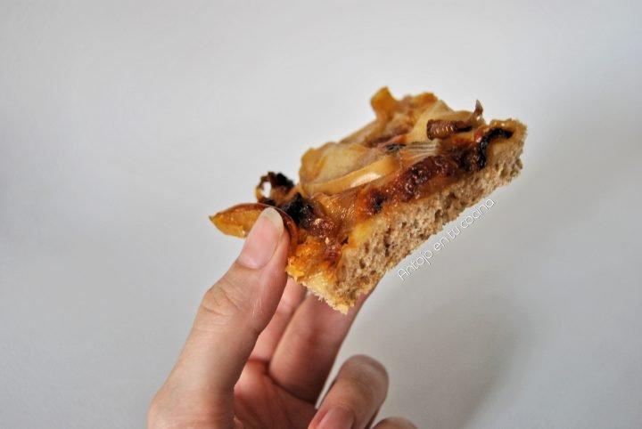 Pizza integral de cebolla caramelizada, manzana y nueces