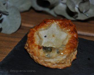 Canapé de hojaldre con pera y queso gorgonzola