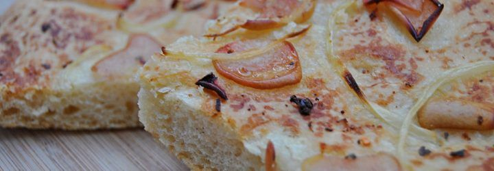 Focaccia de pera y cebolla con escamas de guindilla