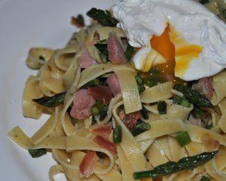 Pasta con jamón serrano, espárragos y huevo poché