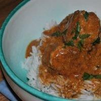 Albóndigas de pollo al curry rojo en olla lenta